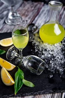 Limoncello digestivo típico italiano com limões frescos e gelo, foco seletivo