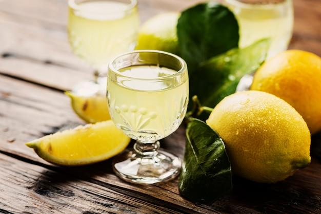 Limoncello digestivo típico italiano