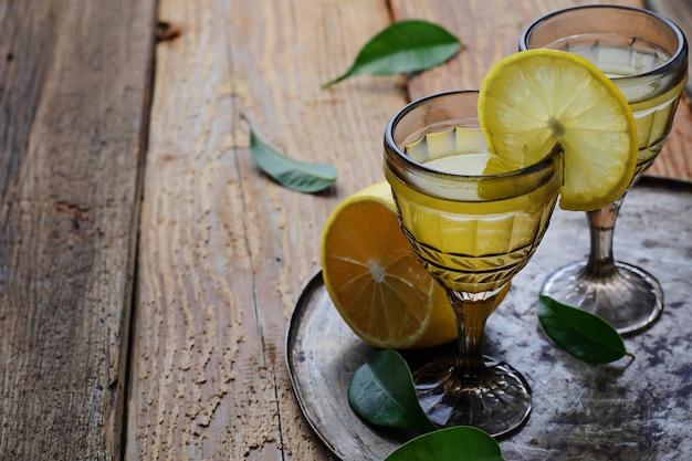 Limoncello, licor italiano com limões