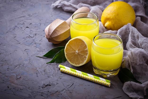 Limoncello licor italiano com limões