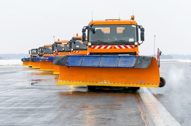 Limpa-neves no trabalho na pista do aeroporto.