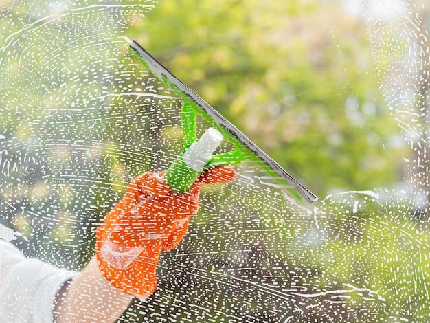 Limpador de close-up lavando a janela