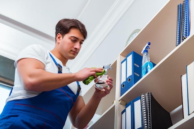 Limpador de escritório masculino, limpeza de prateleiras no escritório