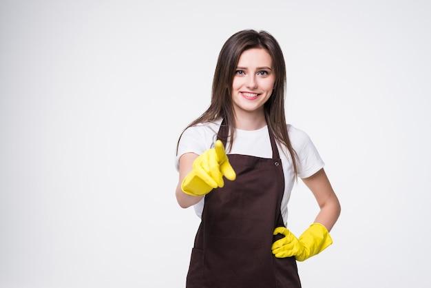 Limpador de mulher bonita apontando com a mão e o dedo em pé
