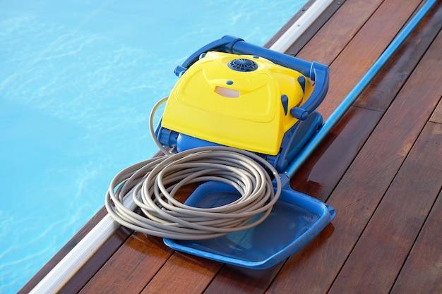 Limpador de piscina durante seu trabalho. robô de limpeza para limpar o fundo das piscinas.