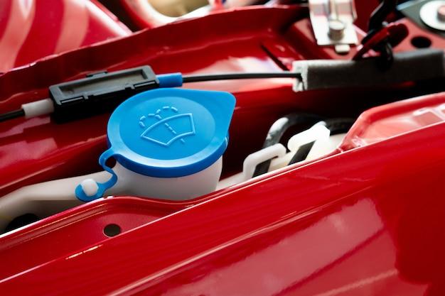 Limpador novo do depósito de água na sala de motor de automóveis.