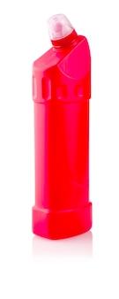 Limpador universal. fotografia de uma garrafa de plástico vermelha com detergente líquido para a roupa, agente de limpeza, alvejante ou amaciante de tecido - isolado