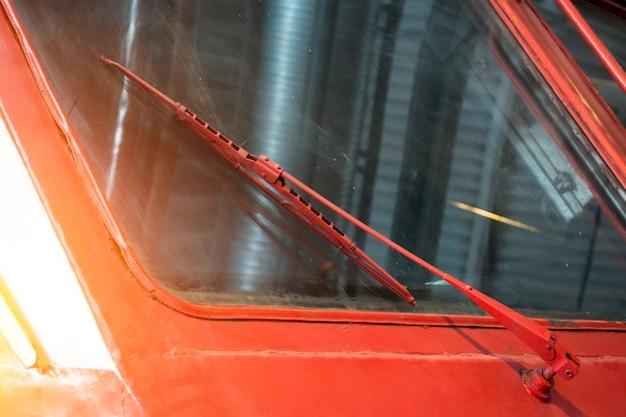 Limpadores de pára-brisa velhos no pára-brisa de uma locomotiva.