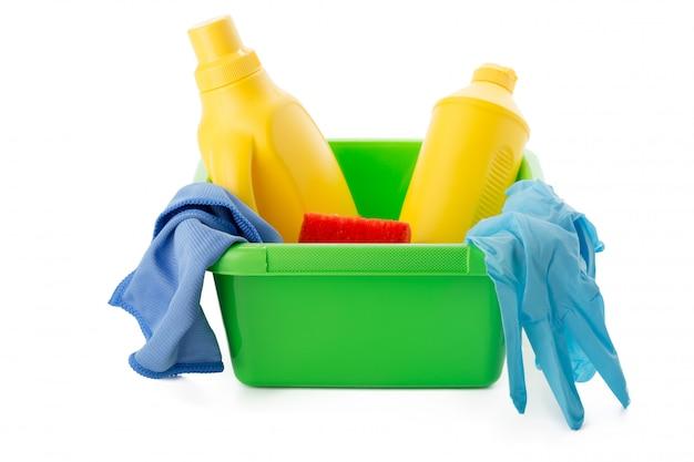 Limpadores e equipamentos ousehold em balde isolado