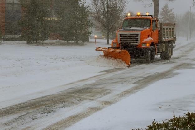 Limpando a estrada da rua de neve durante nevasca de neve