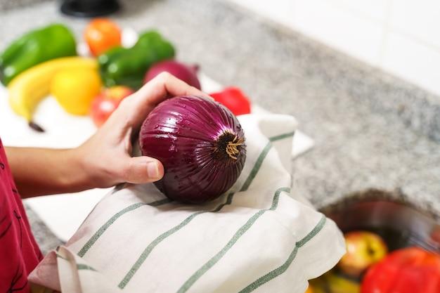 Limpando as frutas e legumes com uma toalha