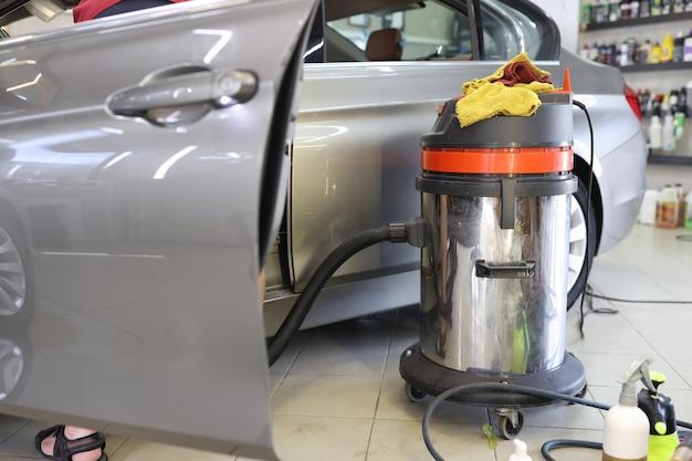 Limpando aspiradores de assento de carro do conceito de serviços de lavagem de carros com poeira