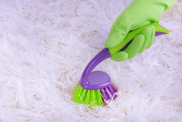 Limpando carpete com escova de perto