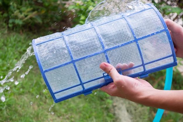 Limpando filtro sujo do ar condicionado