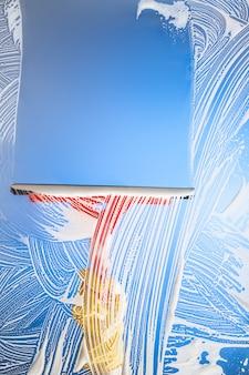 Limpando janela com rodo