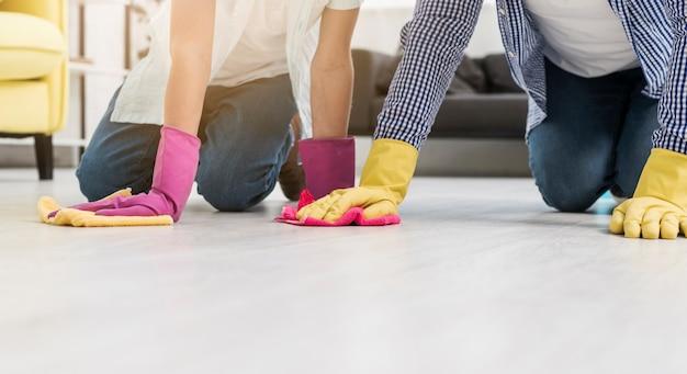 Limpando o chão enquanto usava luvas de borracha