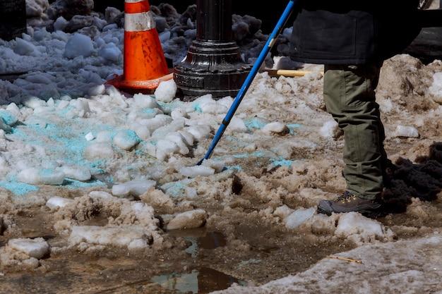 Limpando o quintal de neve. homem de casaco e botas