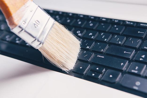Limpando o teclado com uma escova