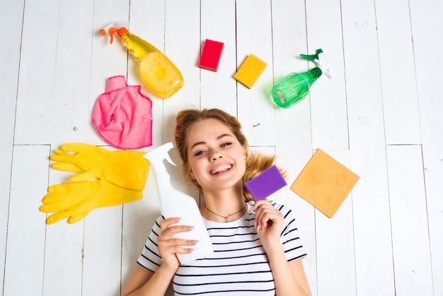 Limpando panos de detergente de mulher esponjas de fundo claro