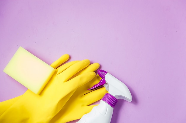Limpando produtos. conceito de limpeza em casa. fundo lilás. lugar para tipografia e logotipo. copie o espaço. configuração plana. topo