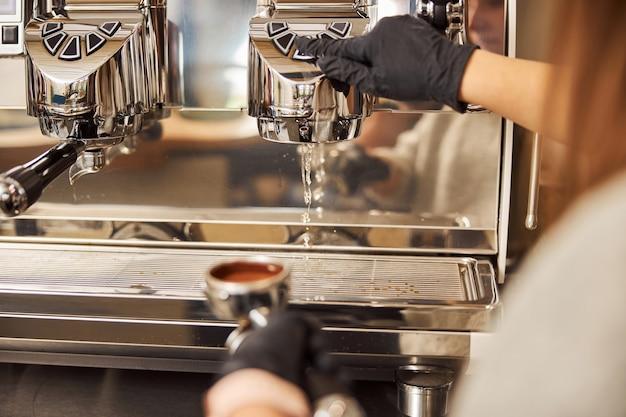 Limpar a máquina de café expresso antes de fazer uma nova xícara de café