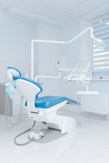 Limpar a sala esterilizada do consultório dos médicos sendo agradável e equipado com novos equipamentos para tratamento