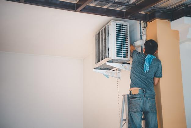Limpar o ar condicionado com água para limpar um pó