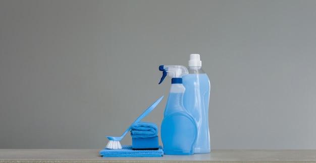 Limpar o conjunto azul. ferramentas de limpeza e produtos.