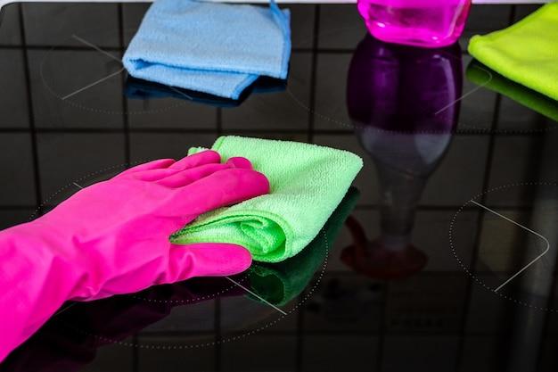 Limpar o fogão na cozinha