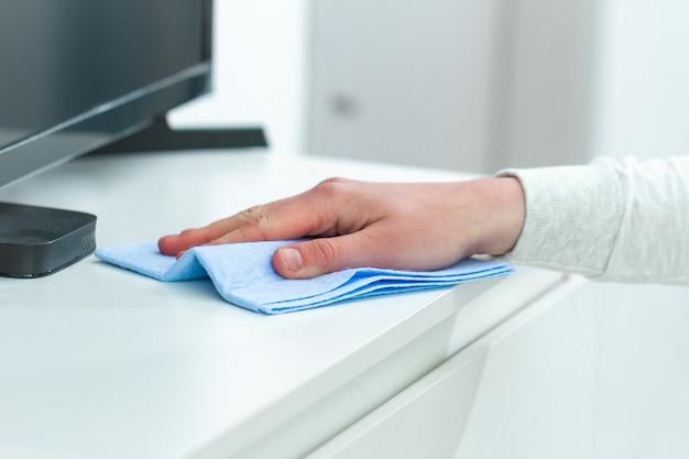 Limpar o pó e limpar os móveis com um pano em casa. tarefas domésticas e domésticas