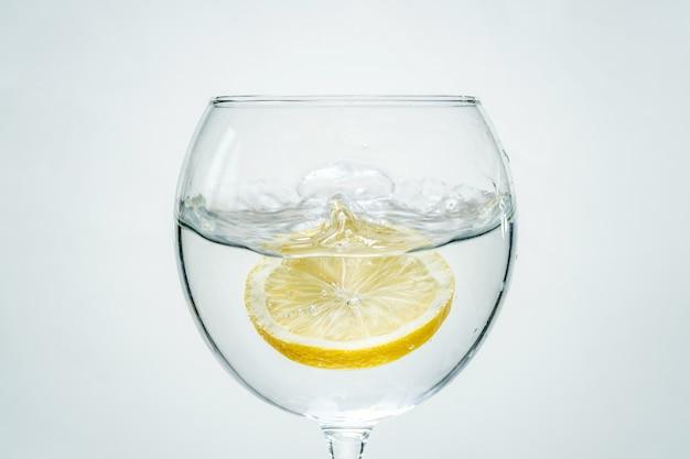 Limpe a água limpa com limão e salpicos