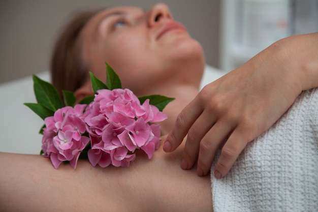 Limpe a axila com uma flor. conceito de beleza. conceito de depilação sugarig.