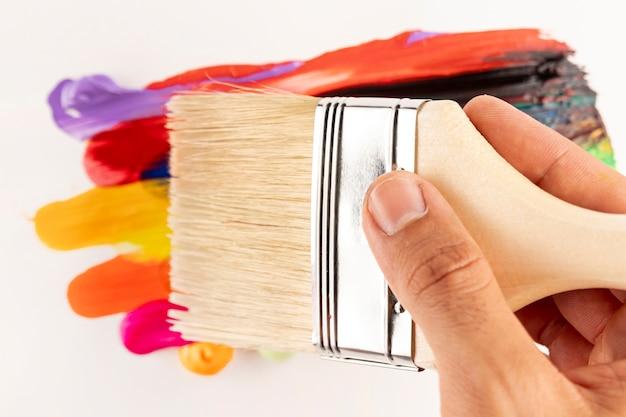 Limpe a escova sobre as trilhas de pintura