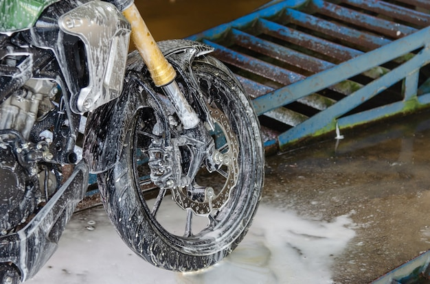 Limpe a lavagem de motocicletas na oficina de lavagem de carros