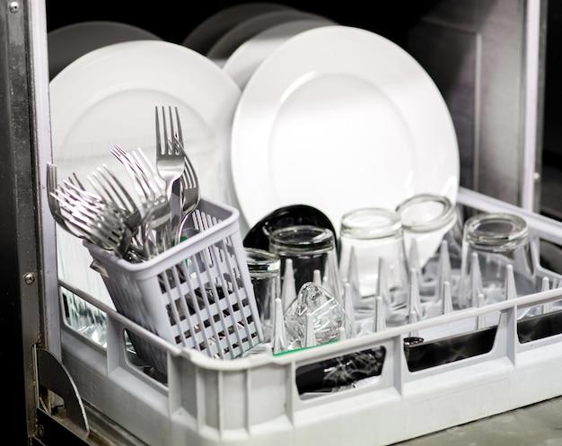 Limpe a louça, os copos e os talheres na lava-louças