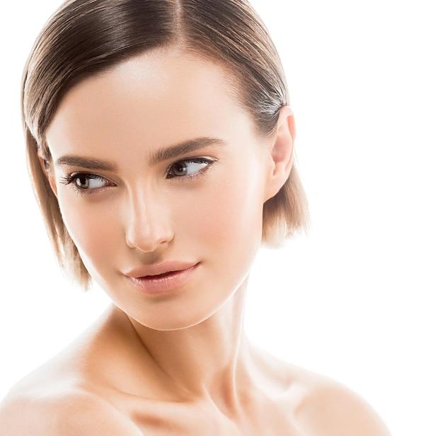 Limpe a pele da mulher maquiagem natural beleza healthyskin isolado no branco. tiro do estúdio.