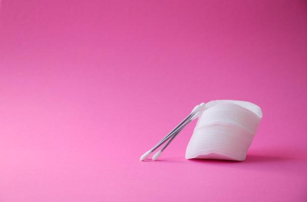 Limpe cotonetes para limpar orelhas e algodão para remover maquiagem e lavar o rosto
