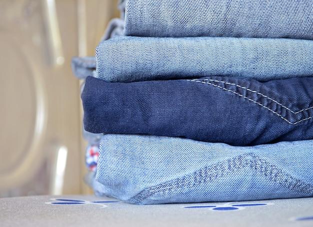 Limpe dobrado na pilha de roupas de perto