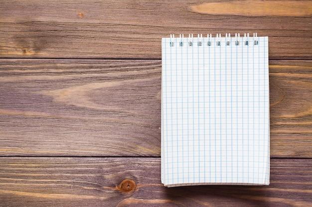 Limpe o bloco de notas aberto para escrever em uma folha de montagem em espiral