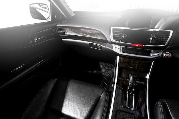 Limpe o carro moderno do console, design interno preto