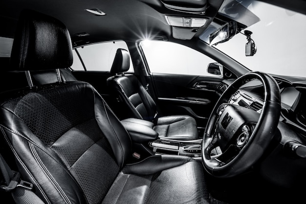 Limpe o carro moderno do console, projeto interno preto.