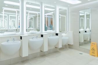 Limpe o toalete público dos homens no aeroporto internacional moderno para o serviço todos os passageiros