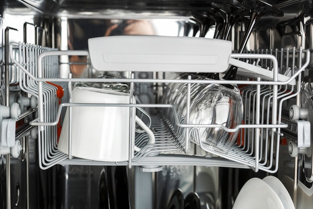 Limpe os vidros após lavar na máquina de lavar loiça.