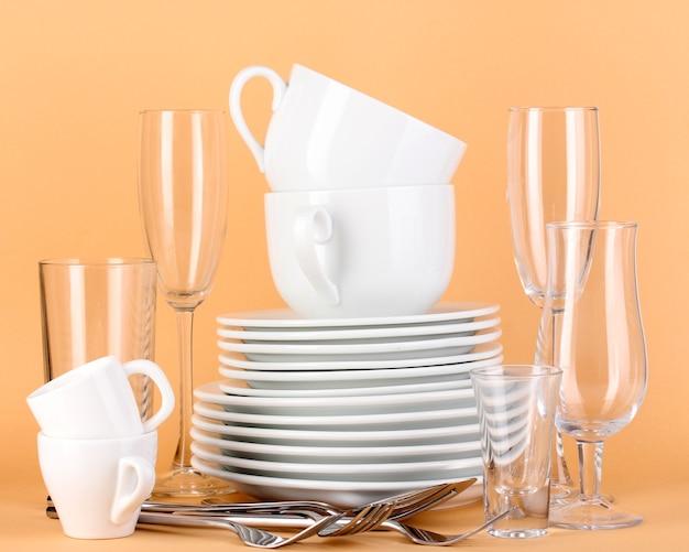 Limpe pratos brancos em bege