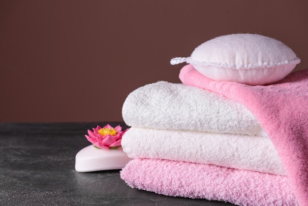Limpe toalhas macias, sabonete e pano na mesa cinza