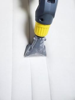 Limpeza a seco do colchão branco em cima da cama. limpeza a úmido