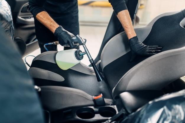 Limpeza a seco profissional do interior do carro