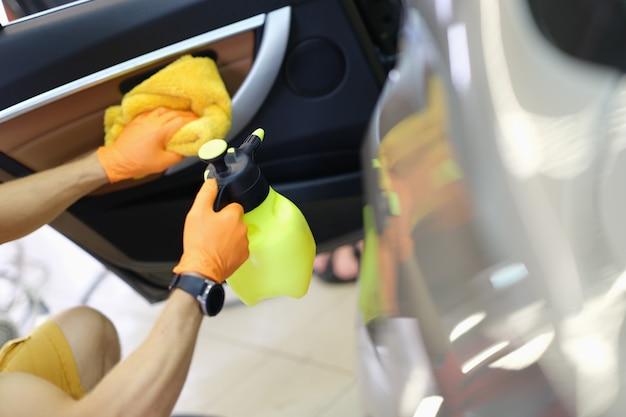Limpeza a seco profissional do interior e das portas do carro, close-up