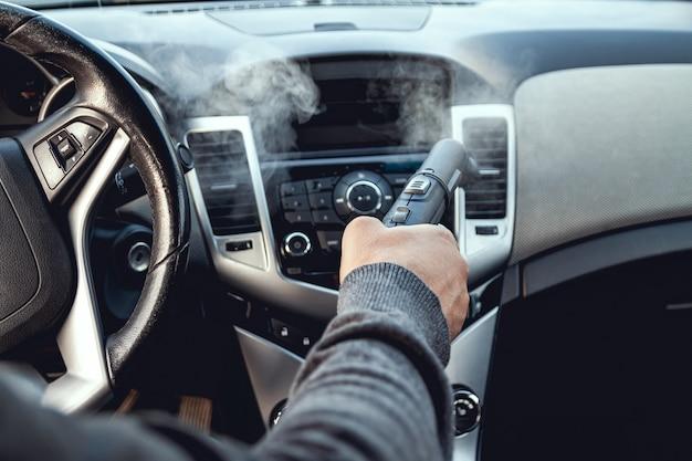 Limpeza a vapor e desinfecção do interior do carro