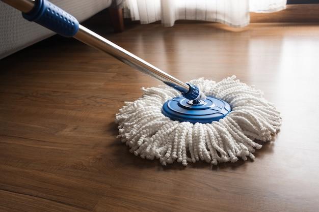 Limpeza com esfregona em piso de madeira